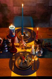ingedekte kersttafel Van Tafel met velvet en pauwenveren