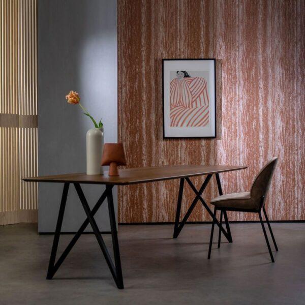 Eikenhouten-eettafel-met-metalen-onderstel-sfeerfoto-Van-Tafel