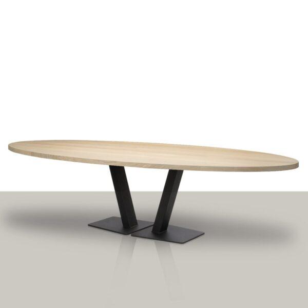 Ovale eettafel met open metalen V onderstel en eikenhout tafelblad.