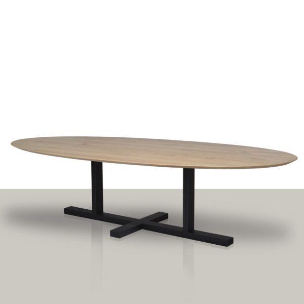 Ovale eettafel met een metalen H onderstel en een verjongd eikenhouten tafelblad.