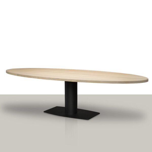 Ovale eettafel met een metalen kolom onderstel met een eikenhout tafelblad.