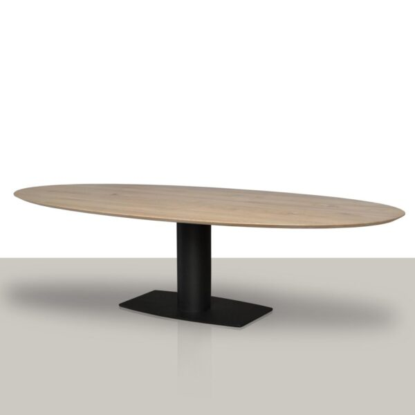 Ovale eettafel met een metalen kolom onderstel met een verjongd eikenhout tafelblad.