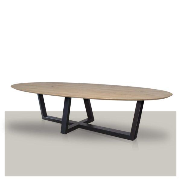 Ovale eettafel met een schuin kruis metalen onderstel en verjongd eikenhout blad.