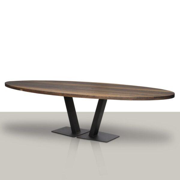 Ovale eettafel met open metalen V onderstel en smoke eikenhout tafelblad.