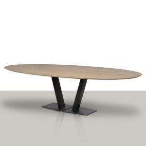 Ovale eettafel met open metalen V onderstel en verjongd eikenhout tafelblad.