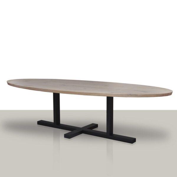 Ovale eettafel met een metalen H onderstel en een zeep eikenhouten tafelblad.