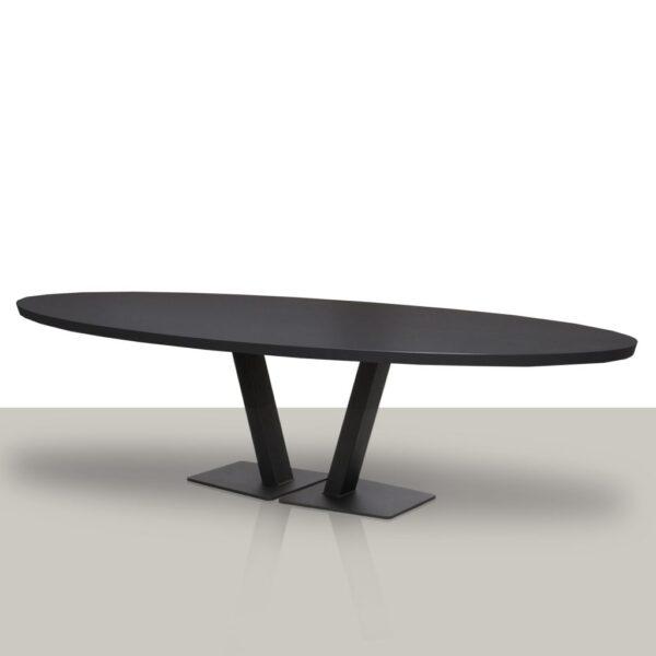 Ovale eettafel met open metalen V onderstel en zwart eikenhout tafelblad.
