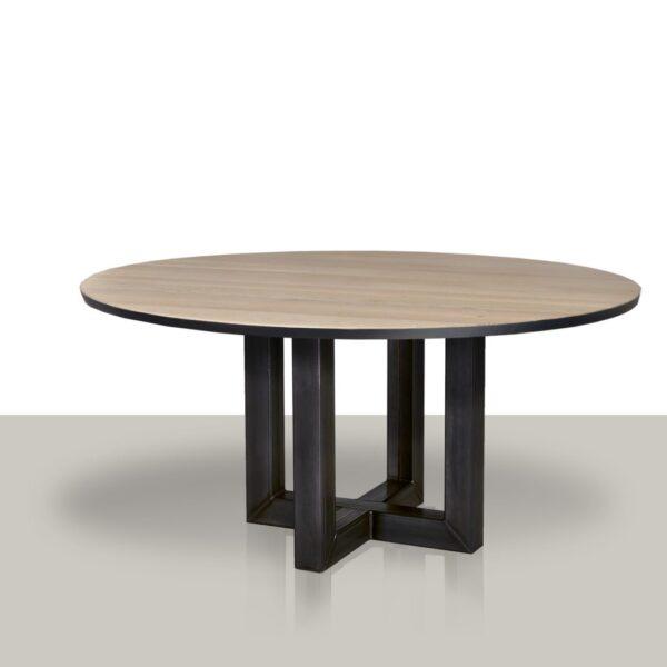 Ronde eettafel met metalen pilaar onderstel en massief eikenblad met zwarte rand.