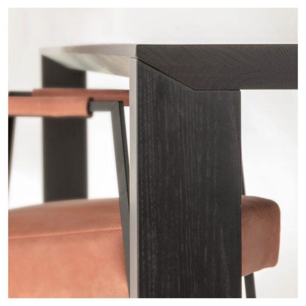 Minimalistische houten poten en een verjongd tafelblad van eikenhout