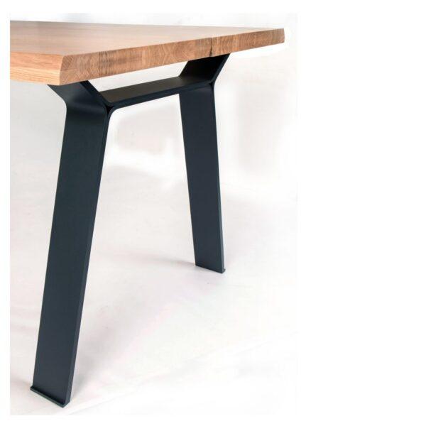 Scandinavische eettafel met een strak en spannend metalen onderstel, zwart poeder coat fijn structuur
