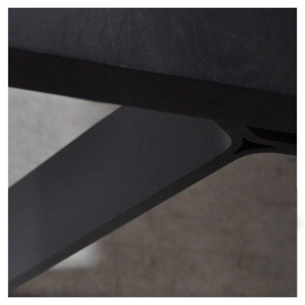 Strak en spannend metalen onderstel, zwart poeder coat fijn structuur.