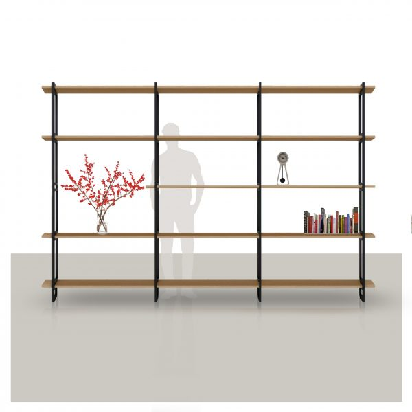 wandkast met eikenhouten planken en een metalen frame op maat gemaakt Van Tafel