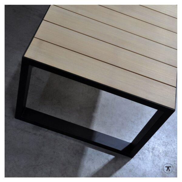 iroko houten buitentafel met metalen U onderstel bovenaanzicht