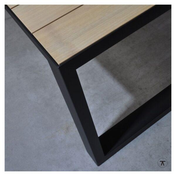 iroko houten buitentafel met metalen U onderstel close-up