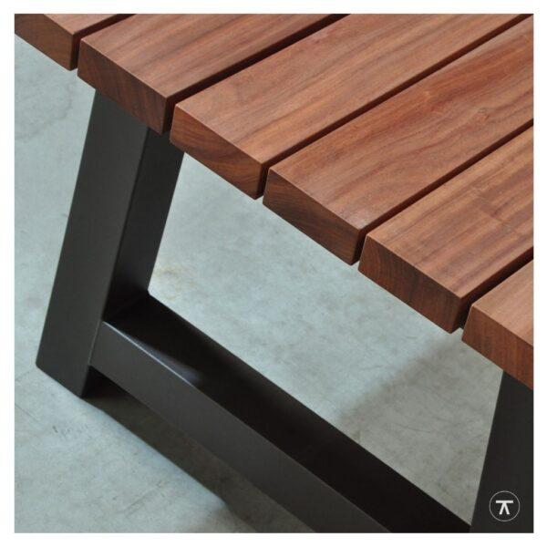padoek houten buitentafel met metalen A-poot close-up