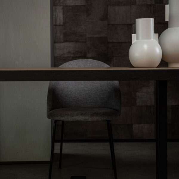 Eikenhouten-eettafel-met-zwarte-rand-sfeerfoto