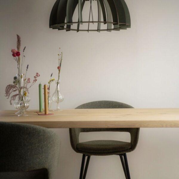 Rechthoekige-eettafel-eiken-sfeerfoto-met-stoffen-stoel-kick