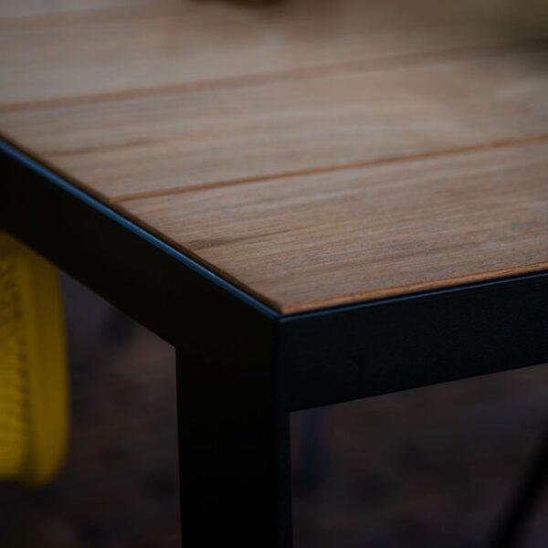 Houten tuintafel iroko met zwarte rand detail foto