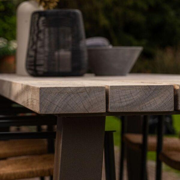 Houten buitentafel padoek met metalen onderstel detail