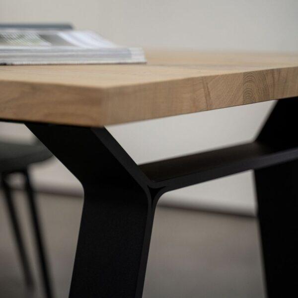 houten-eettafel-met-metalen-strip-onderstel